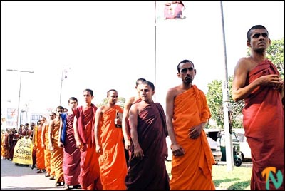 monks_protest_colomb_261101.jpg