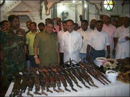 Muslim armed groups hand over weapons